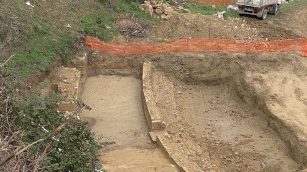 Le gradinate dell'anfiteatro di Volterra emergono dagli scavi